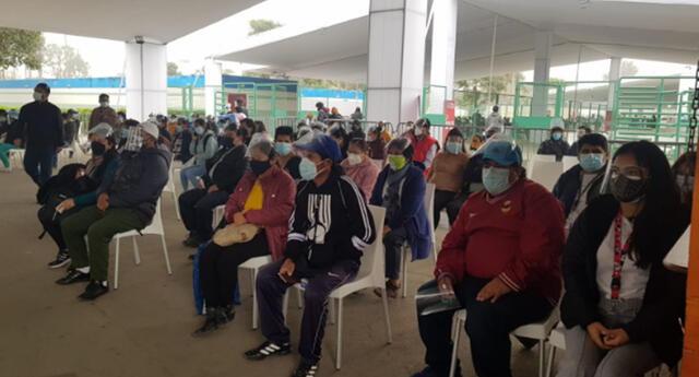 Personas van a sus vacunatorios a protegerse contra el COVID-19.