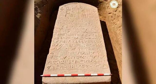 En la parte superior de la estela hay un tallado de un disco solar alado, asociado con el dios sol Ra, y 15 líneas de escritura jeroglífica.