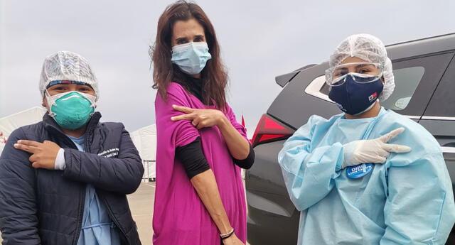 La actriz Vanessa Saba recibió su segunda dosis en nuestro país tras vacunarse en EE.UU. y posó junto al personal de salud en su vacunatorio.