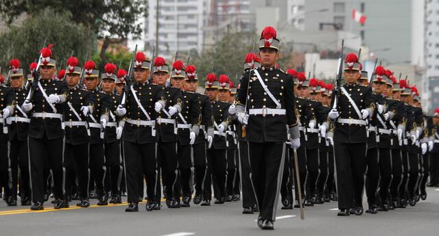 Las Fuerzas Armadas eran las protagonistas de esta fecha patriótica, a las que después se sumaron la Policía Nacional, los bomberos, y escolares.