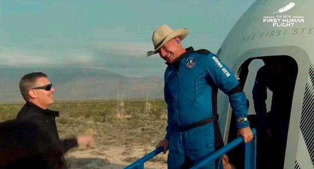 Jeff Bezos retornó a la Tierra y contó detalles de su épica experiencia.