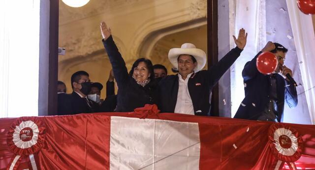 Pedro Castillo dio un balconazo luego de ser proclamado presidente del Perú. Estuvo acompañado de la vicepresidenta electa Dina Boluarte. Foto: Aldair Mejía/La República