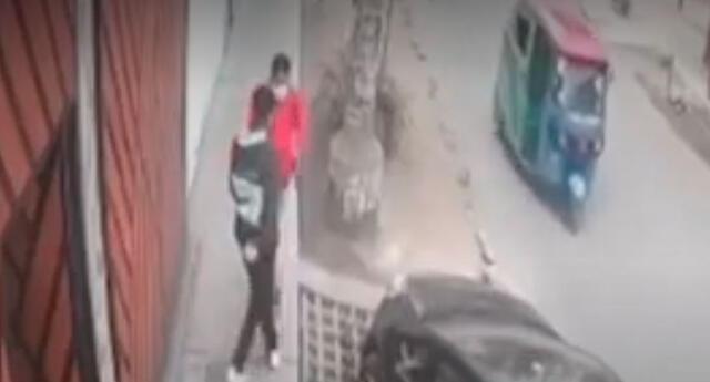 Adolescente logró evitar el robo de su celular y se hizo viral en redes sociales.