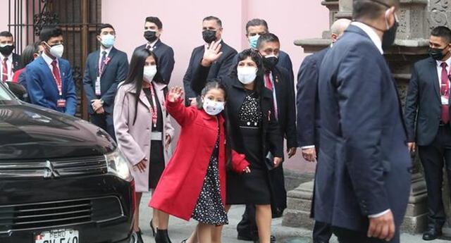 La primera dama y sus hijos llegan a la Cancillería con un nuevo look