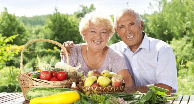 Conoce qué vitaminas y suplementos deben consumir los adultos mayores.