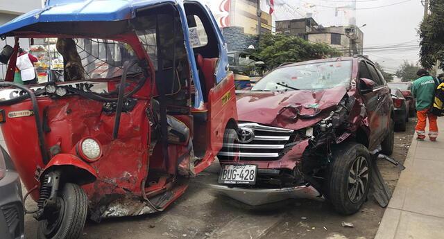 Terrible choque dejó a tres personas heridas e internadas en hospital de SJL.