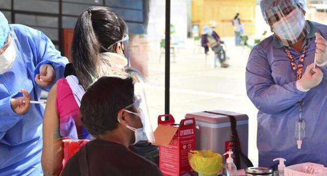 Vacunan a jóvenes de 22 años en Tacna.