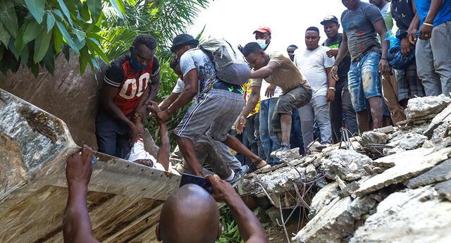 Grupos de personas realizan tareas de búsqueda de supervivientes tras un seísmo de magnitud 7,2 en Los Cayos (Haití). Foto: EFE