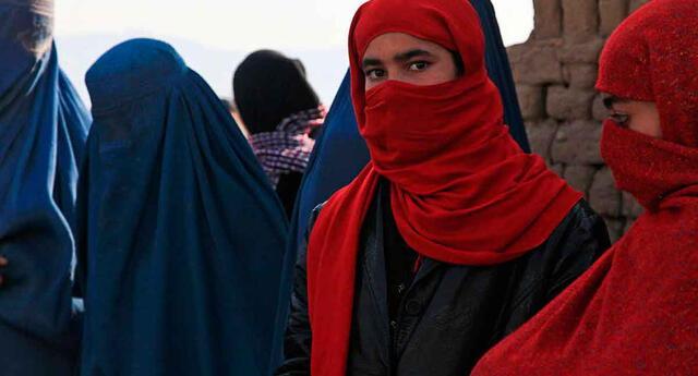 Las mujeres afganas no podrán viajar solas, una de las órdenes de los talibanes.