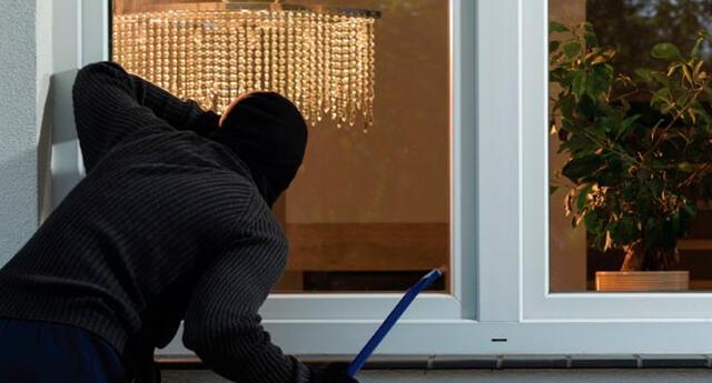 La joven estudiante empujó al ladrón por el balcón de su departamento.