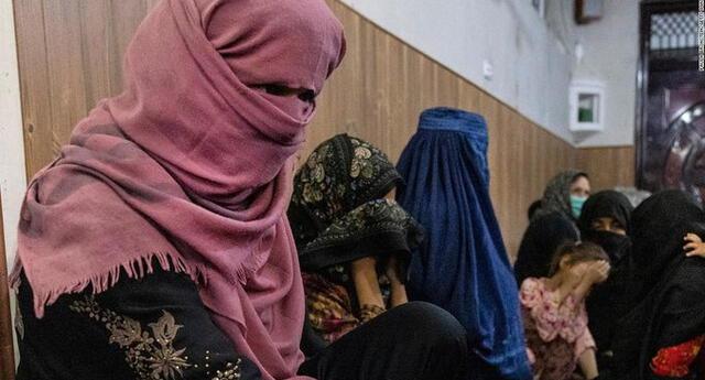 Los talibanes prohibieron a las niñas asistir a la escuela, impidieron a las mujeres trabajar o salir solas.