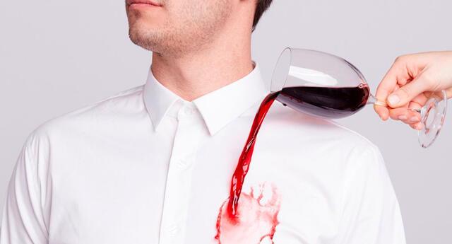 Los mejores trucos para quitar manchas de vino de la ropa