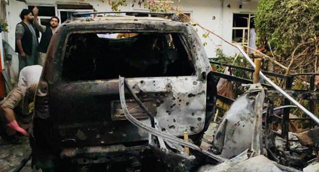 Los daños causados en el lugar de un ataque con cohetes cerca del aeropuerto internacional Hamid Karzai, en Kabul, Afganistán, el 29 de agosto de 2021. (EFE / EPA / STRINGER).