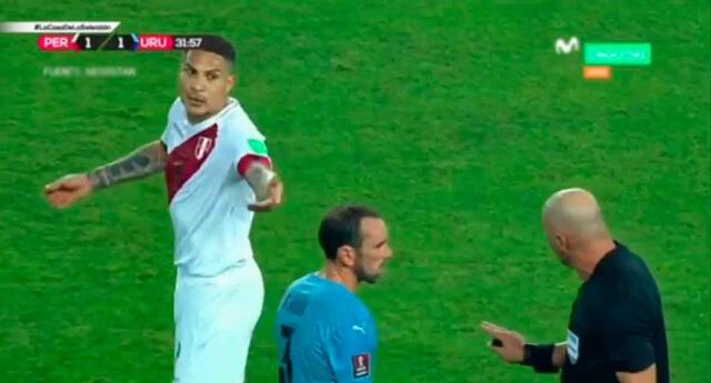 Paolo Guerrero no soportó que Diego Godín persuadiera al árbitro Néstor Pitana,