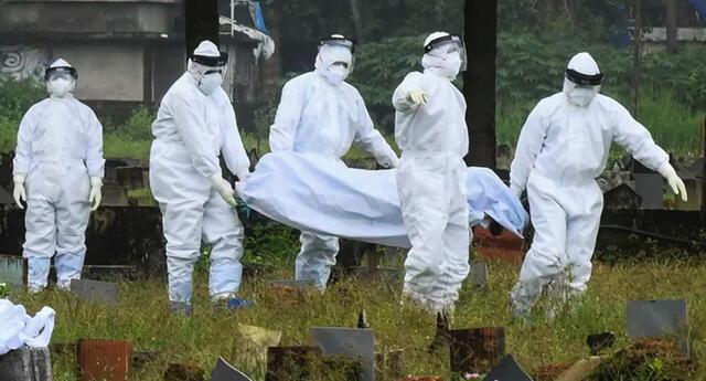 Los encargados se preparan para incinerar el cuerpo del niño de 12 años que murió a causa del virus Nipah en Kozhikode, estado de Kerala.
