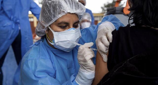 El doctor Carhuapoma hizo un llamado a todos los peruanos a no bajar la guardia y acudir a los centros de vacunación en Lima y el interior del país