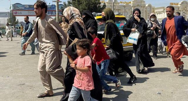 """""""Simplemente no sé qué más puedo hacer"""": padre afgano vende a su hija por 500 dólares para salvar a su familia. Foto: AFP"""