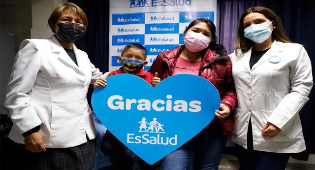 El niño y su mamá agradecieron a los médicos de EsSalud