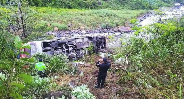 Bus interprovincial con ruta Arequia a Puerto Maldonado cae a avismo.