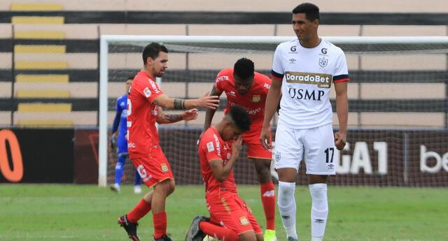 Hugo Ángeles de Sport Huancayo celebra su gol de chalaquita en la victoria 3-1 ante la San martín
