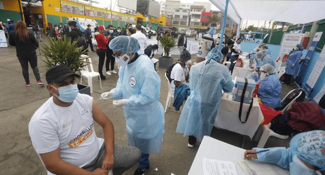 Vacunación es masiva en vacunatorios del país.