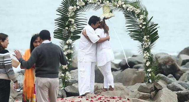 Recién casados se vistieron de blanco para alzar su amor al mundo.