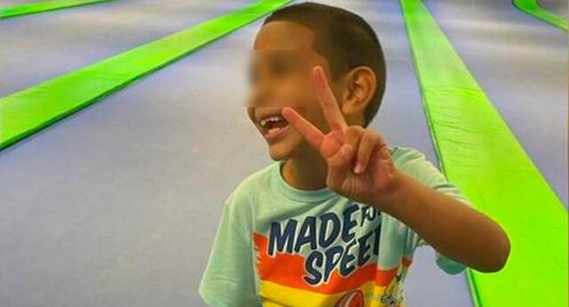 El pequeño es un buen estudiante y le va bien en la escuela. Le encantan los superhéroes, los camiones y ser servicial.