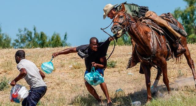 Agentes de la Patrulla Fronteriza intimidan a migrantes con las riendas de su caballos.