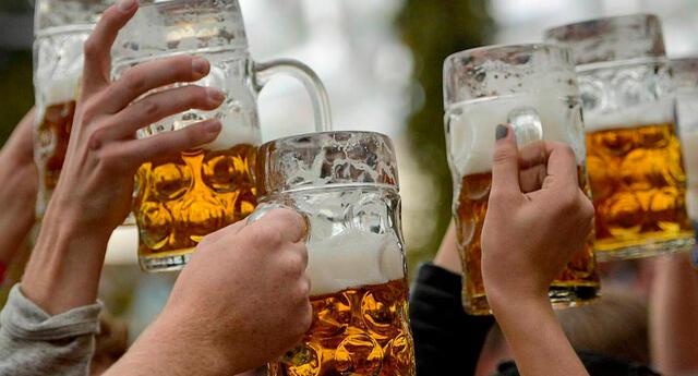 La compañía regala tres latas gratis de cerveza para que se vacunen.