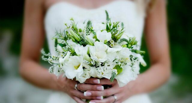 La mujer tenía un ramo de flores durante la homilía.