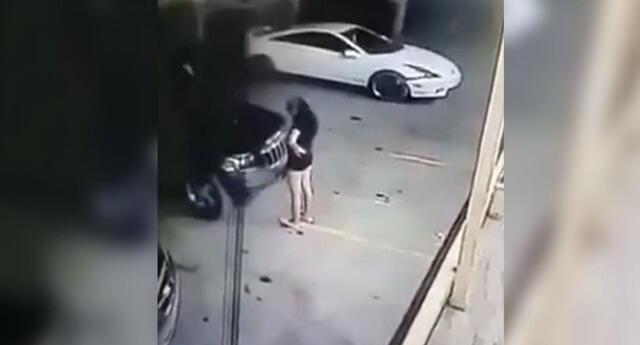 La joven cayó sentada y luego fue prensada por el coche.