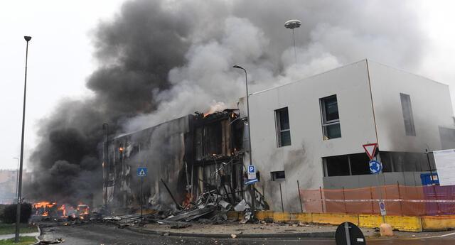 Así quedó el edificio tras el impacto del avión en Italia, felizmente se encontraba vacío en el impacto.