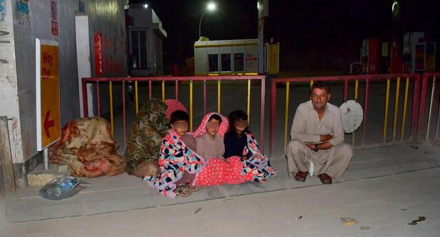 Una familia se reúne fuera de su casa después de que el fuerte terremoto golpeara la zona, en Quetta.