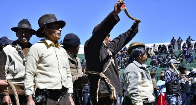Ronderos maltratan salvajemente a conductor de vehículo en Puno.