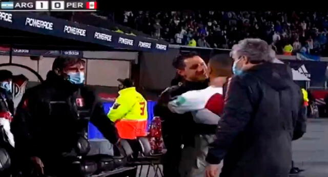 Gianluca Lapadula abraza y consuela a Yoshimar Yotún